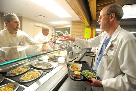 раздача питания в больнице